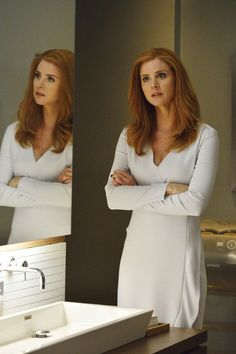 Rick Hoffman and Sarah Rafferty in Suits Lawyer Fashion, Fashion Tv, Suit Fashion, Business Outfits, Office Outfits, Business Fashion, Sarah Rafferty, Donna Harvey, Donna Suits