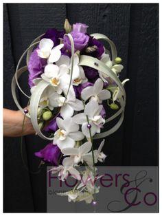 Bruidsboeket druppel. U kunt ook voor andere kleur- en bloemcombinaties kiezen. Wij adviseren u graag over de mogelijkheden.