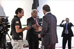 O secretário-geral do Partido Socialista (PS) e candidato António Costa (c) sauda o seu rival, presidente do Partido Social Democrata e atual primeiro-ministro Pedro Passos Coelho (d). EFE/Arquivo