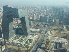 Parece inacreditável, mas essa construção existe! Esse é o incrível prédio da CCTV, uma emissora de TV chinesa, que fica em Pequim. O design e o projeto foram feitos pelo escritório Koolhaas. Fonte: travelingcolors