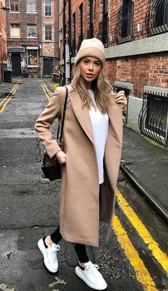 Sneaker Nude coat Do It Yourself Kitchen Cabinet Refacing Kitchen cabinet refacing saves thousands o Winter Fashion Outfits, Casual Fall Outfits, Fall Winter Outfits, Classy Outfits, Stylish Outfits, Autumn Winter Fashion, Spring Outfits, Winter Hats, Outfits For Paris