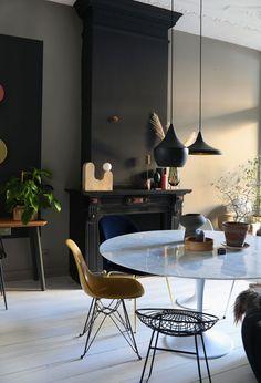 Interior, Interior Inspiration, Home Decor, Living Room Wall, Room Decor, Living Room Decor Modern, Dark Walls Living Room, Residential Flooring, White Dinner Table