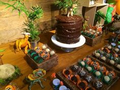 Bolo montanha Dinosaur Birthday Party, 3rd Birthday, Birthday Parties, Dinasour Party, Jurassic Park Party, Tasty, Yummy Food, Party Decoration, Childrens Party