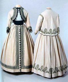 Paris - Exposition - Sous l'Empire des crinolines-Ensembles d'été – Coton et lin beige, soutaches, ganses, passementeries en coton noir – vers 1865