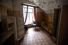 Eingestaubt:  Lost-Places-Fans kommen in Patarei voll auf ihre Kosten. In diesem Raum findet sich etwa noch bestens erhalten ein alter Kühlschrank, die karierten Gardinen hängen noch vor dem Fenster. Die Inneneinrichtung ist oft noch intakt, auch wenn das Gefängnis seit 13 Jahren leer steht.