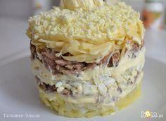 """Слоеный салат """"Грибное счастье"""" яйцо отварное. мясо отварное. картофель отварной. сыр. маринованные грибы. майонез"""