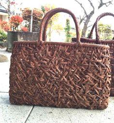国産山葡萄の乱れ編み籠バッグです。山葡萄の中でも希少な沢葡萄の乱れ編み籠バッグ。横幅35㎝縦幅25㎝幅15㎝人と違う籠バッグが欲しい人にはオススメ❗️乱れ編み...|ハンドメイド、手作り、手仕事品の通販・販売・購入ならCreema。