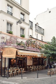 Le Vrai Paris Restaurant : An Adorable Bistrot in Montmartre On a corner not far from the Sacré Coeu Restaurants In Paris, The Places Youll Go, Places To Go, Yvoire, Hotel Des Invalides, Tuileries Paris, Little Paris, Paris Cafe, Paris Street