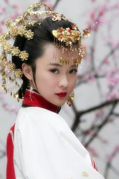 Chinese beauty of ancient style. Luv her hair accessories. #hanfu