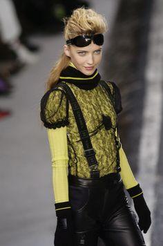 http://www.livingly.com/runway/Chanel/Paris Fashion Week Fall 2004/wEPRccU2LNx