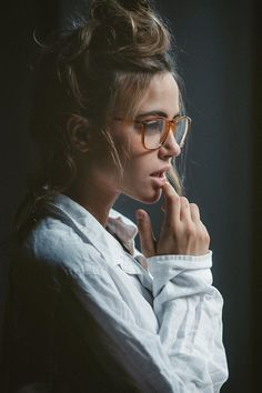 Как выглядят люди s t lo portrait photography, photography и photography po Girl Photography, Fashion Photography, Female Photography, Modeling Photography, Portrait Photography Poses, Charlotte Mckee, Shotting Photo, Girls With Glasses, Girl Poses