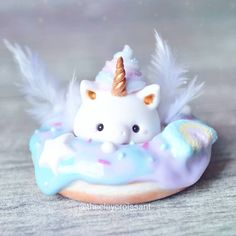 Fox cupcake with macarons 💕 I think I actually prefer it without all of the added details, lol so I may make a few just on their own. Biscuit, Diy Galaxy, Unicorn Cupcakes, Clay Figurine, Cute Charms, Polymer Clay, Kawaii, Rainbow Galaxy, Gold Feathers