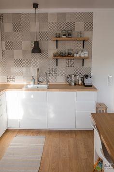 Любимый сканди. Кухня-гостиная Farmhouse Kitchen Decor, Home Decor Kitchen, Home Decor Bedroom, Kitchen Desks, Studio Kitchen, Kitchen Cabinet Design, Interior Design Kitchen, Patterned Kitchen Tiles, Kitchen Mosaic