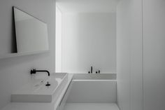 bathroom vola-black and white - arch Francisca Hautekeete - photo Cafeine.be