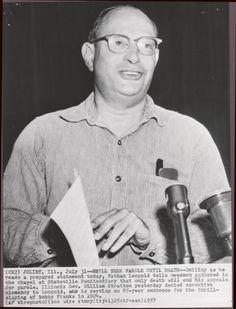 Nathan Leopold en 1957 declarando ante la junta de libertad condicional.