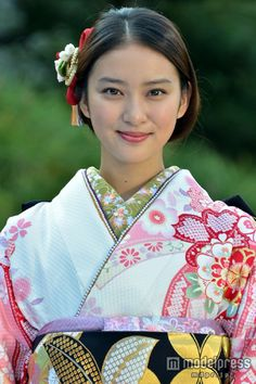 Facial Expression and hair Beautiful Japanese Girl, Japanese Beauty, Beautiful Asian Girls, Asian Beauty, Kimono Japan, Japanese Kimono, Emi Takei, Japanese Costume, Japan Woman