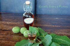 Il nocino liquore alle noci fatto in casa è una delizia che si prepara il giorno di San Giovanni il 24 giugno quando le noci sono ancora verdi.