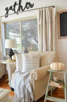 Splendid Farmhouse style fall decor in cozy living room. A great roundup of farmhouse style pillows for fall. The post Farmhouse style fall decor in cozy living room. A great roundup of farmho . Modern Farmhouse Living Room Decor, Diy Home Decor Rustic, Living Room Decor On A Budget, Fall Living Room, Cozy Living Rooms, Living Room Interior, Living Room Designs, Farmhouse Style, Vintage Farmhouse