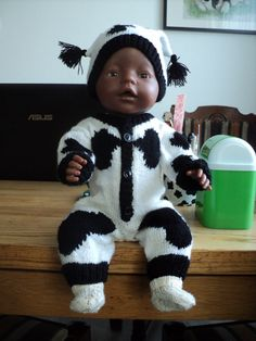Baby Born Doll clothes- knitted white & black outfit pattern ik gekregen