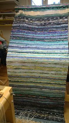 <p>Töissä istun aina tietokoneen vieressä, joten vastapainoksi kaipaan jotain tekemistä käsilleni. Aloitin blogituksen samalla, kun päätin aloittaa uudelleen räsymattojen kutomisen</p> <p> </p> Inkle Loom, Loom Weaving, Hand Weaving, Rya Rug, Weaving Projects, Tear, Living Room Carpet, Recycled Fabric, Woven Rug