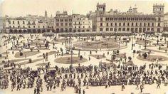 En el centro del Zócalo aún se ve el fallido proyecto de Monumento a la independencia de Lorenzo de la Hidalga. 1915