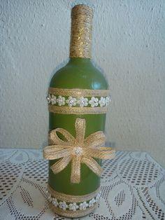 Garrafa decorada com fita de juta, barbante com detatlhes dourados e enfeite flor cor perola com detalhes em strass.