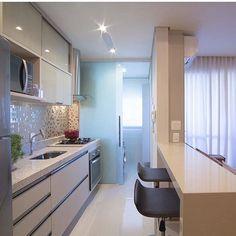 Quem tem a cozinha juntinho a área de serviço. Uma porta de vidro separando os ambientes é uma ótima solução! Sou apaixonada por esse projeto das irmãs Mariane e Marilda Baptista ✨ | @decoreinteriores