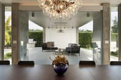 This gorgeous modern family home located in Venice, California, offers seriously elegant interiors with modern atmosphere inside and outside of the house. Martin Rauch, Modern Family, Home And Family, Modern Living, California Homes, Venice California, Underground Homes, Beautiful Dining Rooms, White Houses