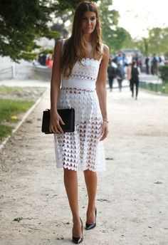 bianca-brandolini-look-com-vestido-off-white-crochet-hot-pants