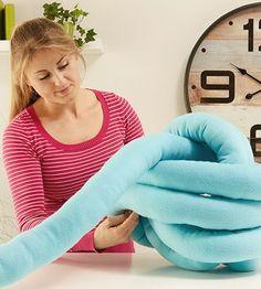 Knoten Kissen Anleitung!! Knot pillow oder Knotenkissen sind zur Zeit der neustete Trend, wenn es um Wohnen und Einrichten geht. Wie du dir ein Knotenkissen ganz einfach selber machen kannst, findest du am mömax Blog!