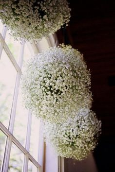 Bolas hechas a mano con paniculata para decorar el techo de boda. DIY Baby's Breath, Burlap & Lace Wedding IdeasConfetti Daydreams – Wedding Blog