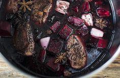 Svinekæber i rødvin med rødbeder og svesker