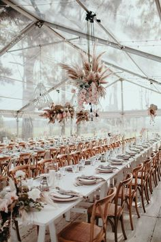 Blush and copper wedding reception design #weddingtablescape #weddingtabledecor #hangingweddingcenterpieces #blushandcopperweddingdecor