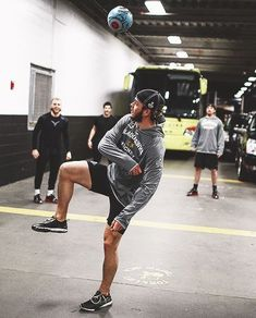 Jonathan Toews - look at those hockey thighs (and PKane in the background with his horrible, horrible playoff mullet) :D :D :D