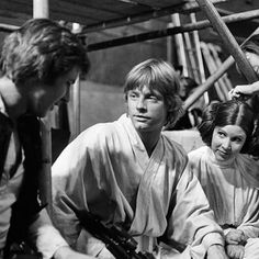 Mark Hamill and Carrie Fisher on the set of 'Star Wars episode IV: A new hope' Luke Skywalker, Star Wars Episodio Iv, Harry Y Hermione, Saga, Por Tras Das Cameras, Star Wars Episoden, Alec Guinness, Star Wars Personajes, Princesa Leia