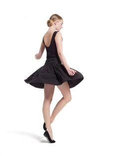 Com a sua nova coleção de verão, a Repetto pretende continuar a transmitir a mensagem da dança, a incrementar o seu luxo e a espalhar magia com o seu mundo de maravilhas. Para desenvolver os novos modelos, as novas cores e os novos materiais, foi buscar inspiração, especialmente, à dança moderna dos anos 80...