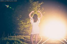 Book 15 Años - Ideas. Cuando ya no sabes que pose hacer en tu Book de 15 aprovecha y ponete de espaldas utilizando para la pose los brazos y las piernas relajadamente. un buen tip para tu sesion de 15 años. http://www.ultraflava.com
