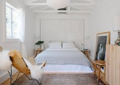 Cabin in Los Angeles, United States. Bright and charming cottage one block from Sunset Junction. Walk to shops, restaurants, bars and the farmer's market on Tuesdays and Saturdays. Set back behind my house the cottage has its own private entrance and outdoor space.  The cottage is lo...