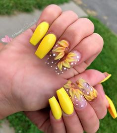 sunflower nails - I like this idea, but I think 1 sunflower on each hand is enough - Summer Acrylic Nails, Best Acrylic Nails, Acrylic Nail Designs, Aycrlic Nails, Dope Nails, Nail Art Inspiration, Yellow Nails Design, Sunflower Nails, Dream Nails