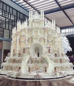 Beautiful wedding cake..if i ever renew my vows..will ask for this..lol..mine was a sponge cake with a plastic groom n bride on top.xxx