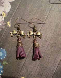 Boucles d'oreilles noeud swarovski pompon cuir violet : Boucles d'oreille par yanosh