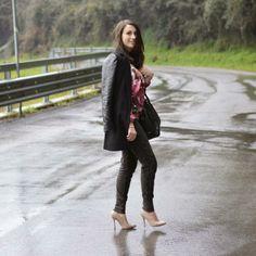 Pantalone con paillettes e toppe in eco-pelle, tintura zolfo black per un lavaggio vintage. 95%cotone 5%elastane