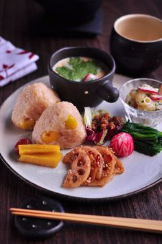 諸崎浩幸:和食/Japanese lunch plate with ginkgo nut rice balls, steamed egg custard, and vegetables Japanese Lunch, Japanese Dishes, Japanese Food, Asian Recipes, Healthy Recipes, Rice Balls, Mooncake, Cafe Food, Snack