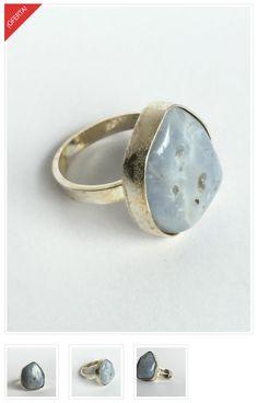 Azul Blue Lace. Anillo con figura caprichosa de Calcedonia o Blue lace, biselada, calada y soldada a una base de plata 950.