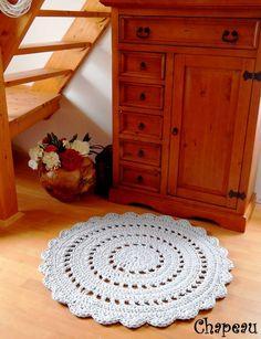 Háčkovaný koberec I. (103 cm - šedá)
