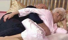 After more than 50 years of marriage, one couple was lying in their bed one night as usual. But then something unusual happened, the wife felt that her husband started to massage her body in Massage Her, Thai Massage, Grow Old With Me, Senior Dating Sites, Therapist Office, Marriage Couple, Old Folks, Massage Benefits, Circulation Sanguine