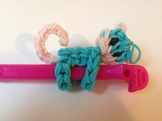 monkey pencil hugger rainbow loom how to Rainbow Loom Tutorials, Rainbow Loom Patterns, Rainbow Loom Creations, Rainbow Loom Bands, Rainbow Loom Charms, Rainbow Loom Bracelets, Loombands Tutorial, Rubber Band Charms, Rubber Bands