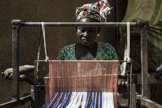 Entrando nel sistema di microcredito questa donna ha avuto la possibilità di comprare un telaio con il quale produrre bellissime stoffe artigianali e acquisire nuove abilità tecniche nel campo della sartoria.