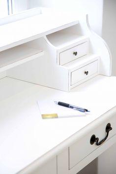 Ein Schreibtisch im Landhausstil verleiht dem Büro eine gemütliche Atmosphäre. #decoration #office #desk #colors #home #homestory #highlight #decoration #accessoires