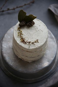 Marzipan carrot cake with chamomile cream cheese frosting | Layer cake on Due fili d'erba | Two blades of grass | Recipe, styling and photography by Thais FK